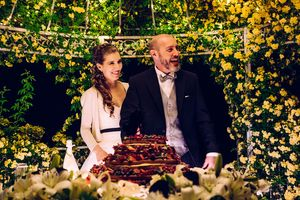 wedding photography in Italy of couple cutting their cake