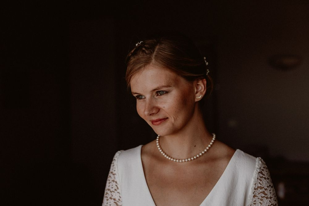 portrait of a bride with a white dress and a pearl necklace