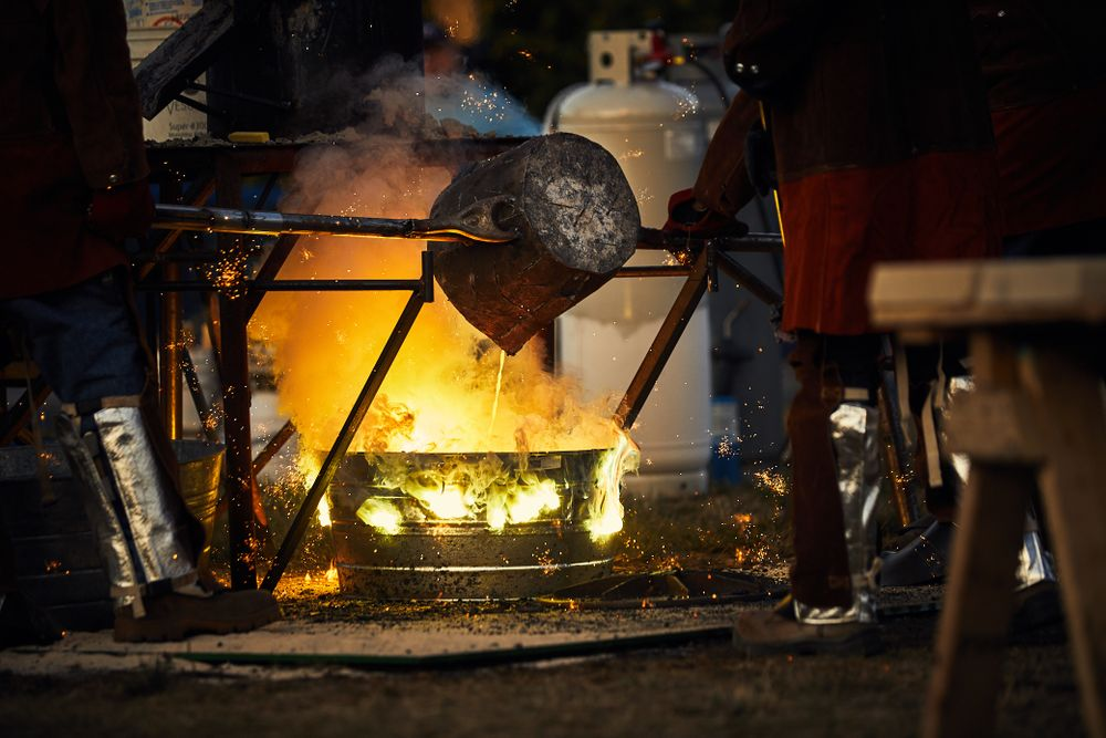 Iron pour artists pour molten iron