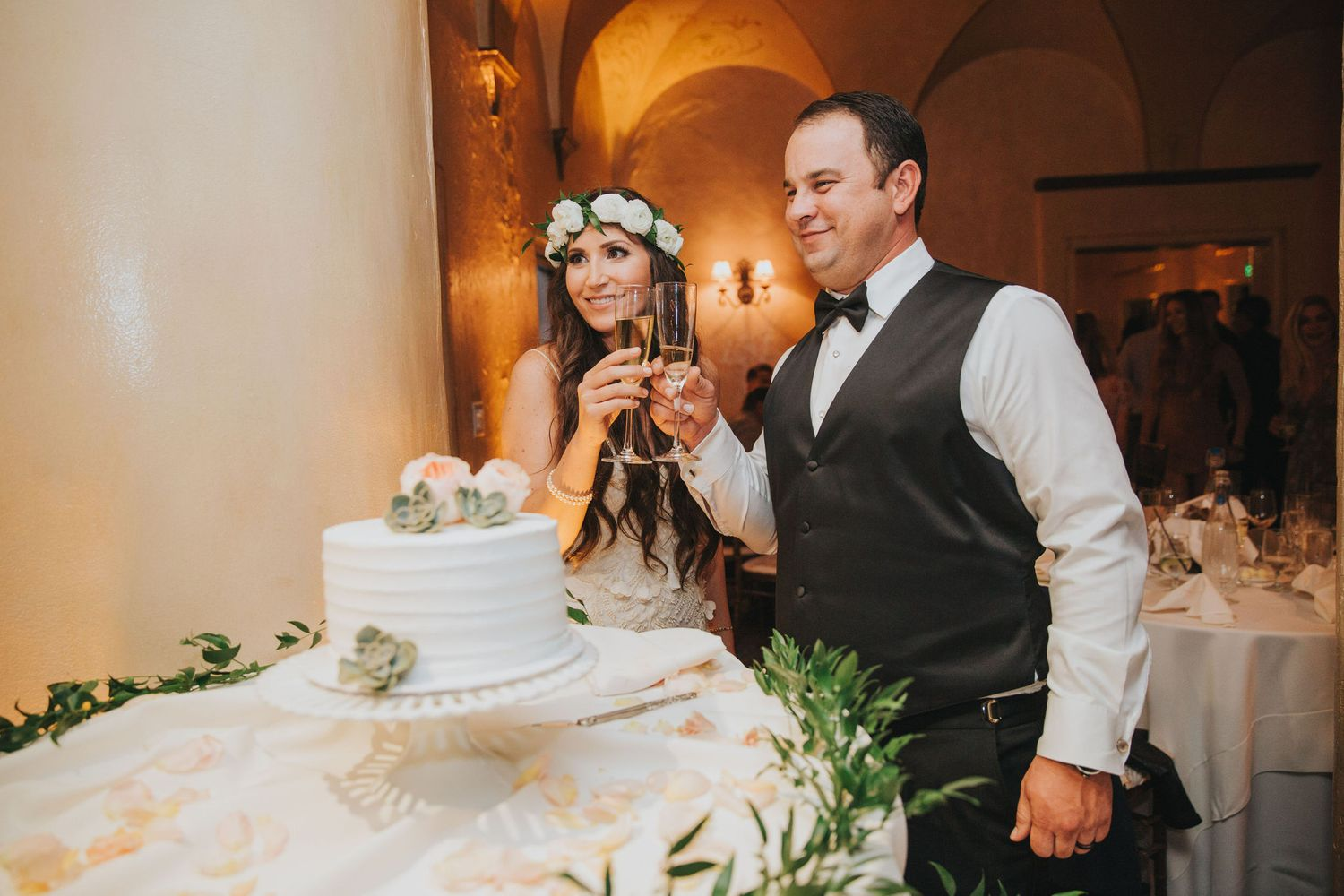 bride & groom cake cutting toast at la venta inn