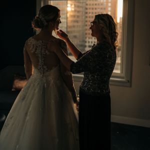 mother-of-bride-helping-bride-get-ready-savory-hotel-desmones-iowa-raelyn-ramey-photography