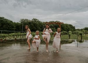 flower-girls-dancing-in-rain-carper-winery-norwalk-iowa-raelyn-ramey-photography