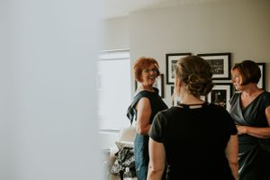 mother-of-bride-getting-ready-laughing-desmoines-iowa-wedding-raelyn-ramey-photography